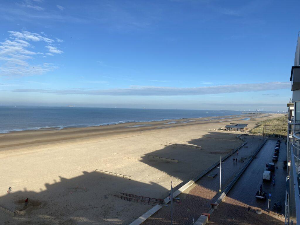Uitzicht vanuit apartement over strand Wenduine